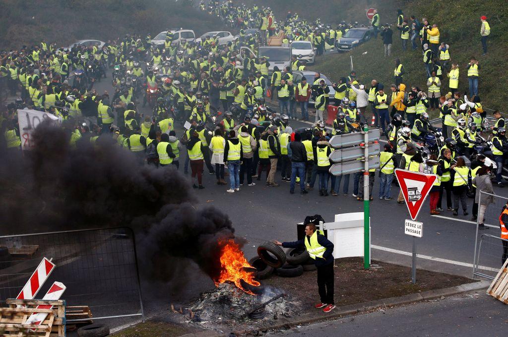 法國駕駛身穿黃背心,阻擋位於南特(Nantes)一間購物商場的入口。(圖片來源:REUTERS/Stephane Mahe)