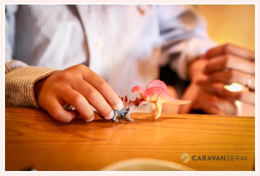 おもちゃの恐竜で遊ぶ男の子
