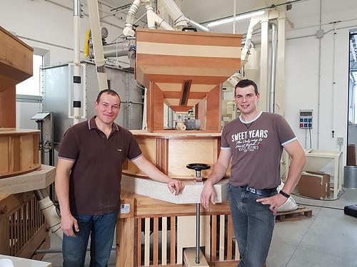 I fradis Gabriele e Fulvio Tavano devant dal gnûf mulin a piere naturâl a Gjalarian di Listize