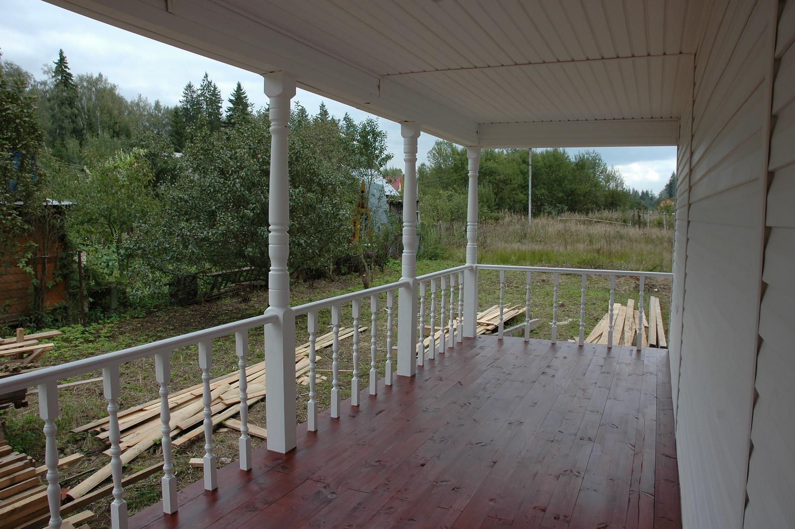 Вид со стороны террасы дома, выполненного из бруса