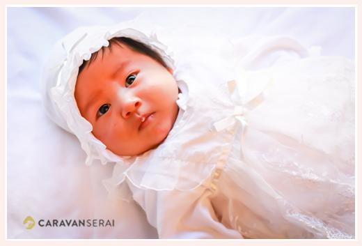 ベビードレスを着る男の子赤ちゃん