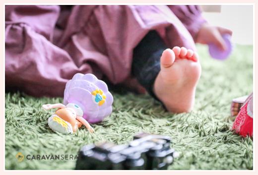 リカちゃん人形で遊ぶ女の子