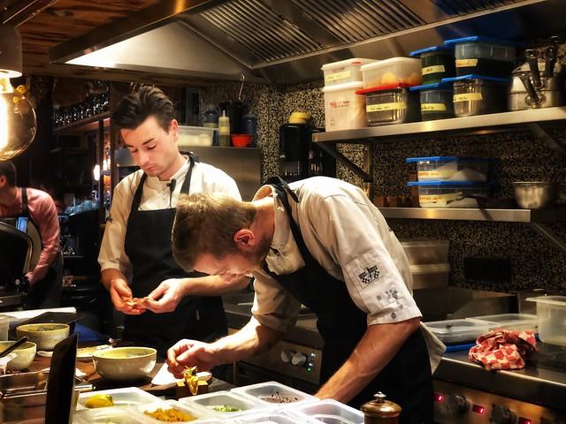 Cocineros trabajando en el restaurante Baracca de Lovaina (Flandes, Bélgica)
