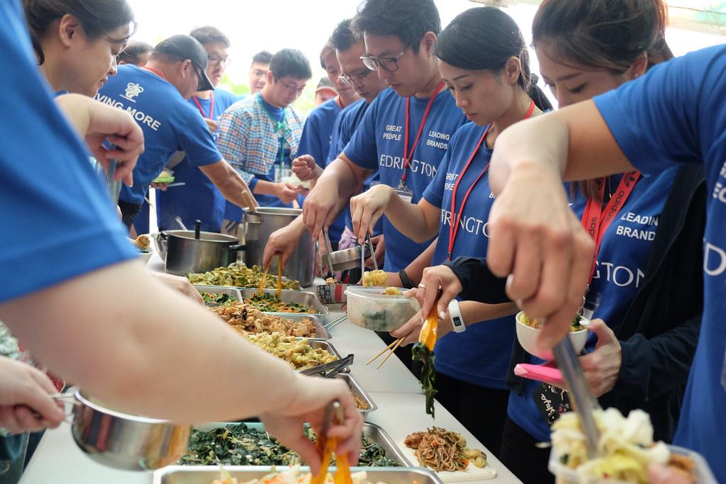 志工們自備碗筷,減少免洗餐具的使用(攝影: 曾子郡)