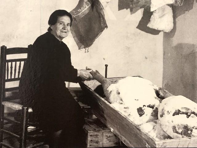 Fotografía de una mujer salando jamón (Museo del Jamón de Calamocha)