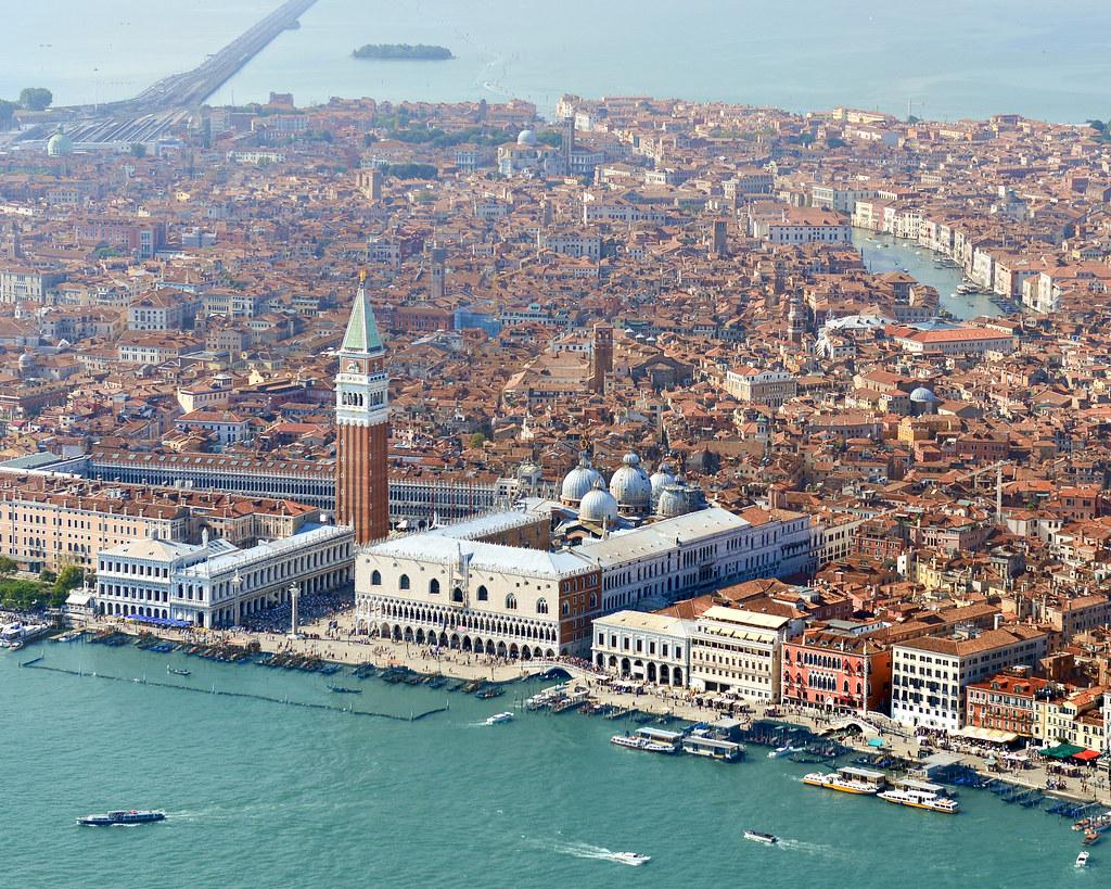Plaza San Marco de Venecia desde el aire en un helicóptero