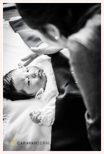 お母さんにトントンされて眠りそうな赤ちゃん