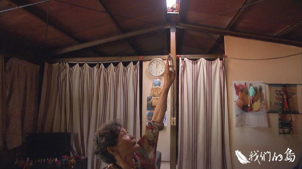 居民想出各種方法節電,包括在屋頂開縫隙,利用自然採光。