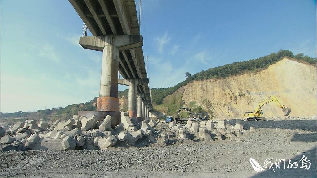 水壩以下因為壩體阻隔砂石無法下移,下游河床不斷刷深,對橋梁安全形成威脅。