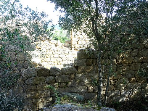 Urgonu supranu : le moulin avec le mur de l'arrivée de la conduite d'eau