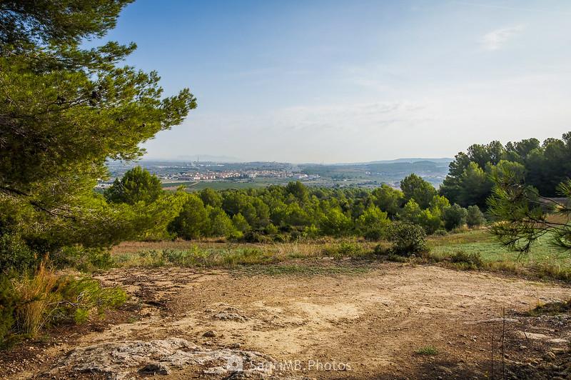 Bellvei y Montserrat desde el camino del Castell de la Muga