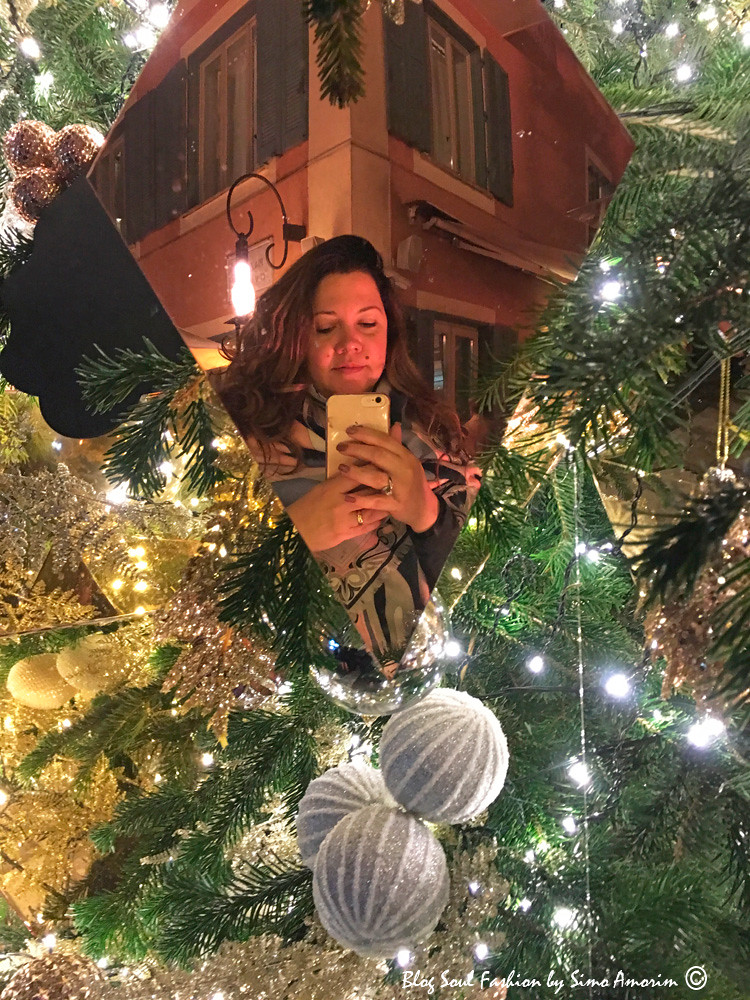E não poderia deixar de fazer o meu selfie na árvore de Natal mais glamurosa de Roma durante a festa de Natal do Hotel de Russie com a De Grisogono. Estava vestindo: casaco Max Mara e foulard Emilio Pucci.
