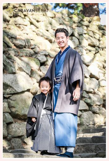 七五三 岡崎城の石垣の前に立つ男の子とパパ