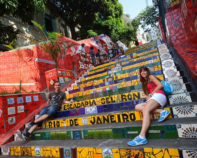 Sentados en la escalera de Selaron o de Santa Teresa, uno de los imprescindibles a la hora de visitar Rio de Janeiro