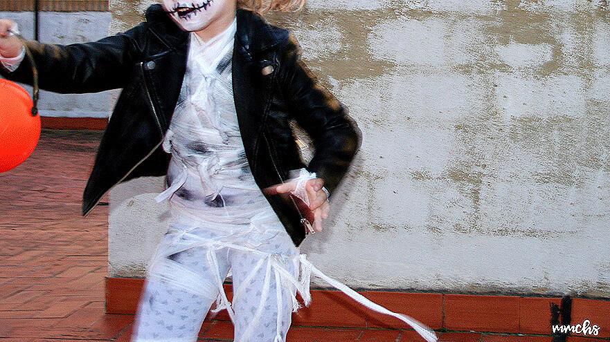 niña disfrazada momia zombie Halloween