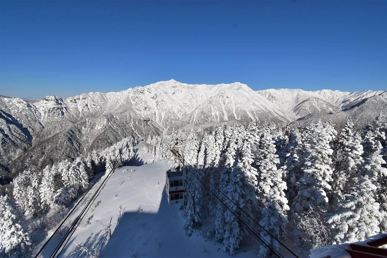 新穂高ロープウェイと雪の笠ヶ岳