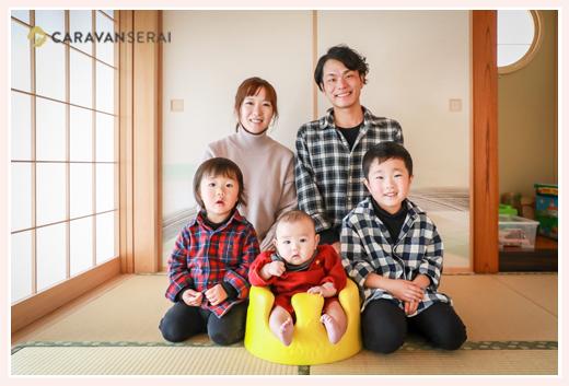 自宅で家族写真 男の子3人兄弟