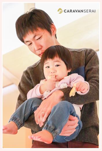 自宅で家族写真 パパに抱っこされる1才の女の子