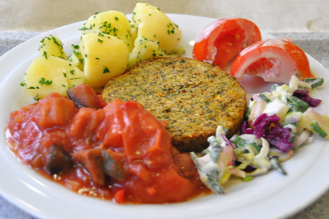 Vegetarisch: Kürbis-Chiasamen-Bratling, Kartoffeln, Tomaten-Auberginen-Gemüse ... Foto: Brigitte Stolle