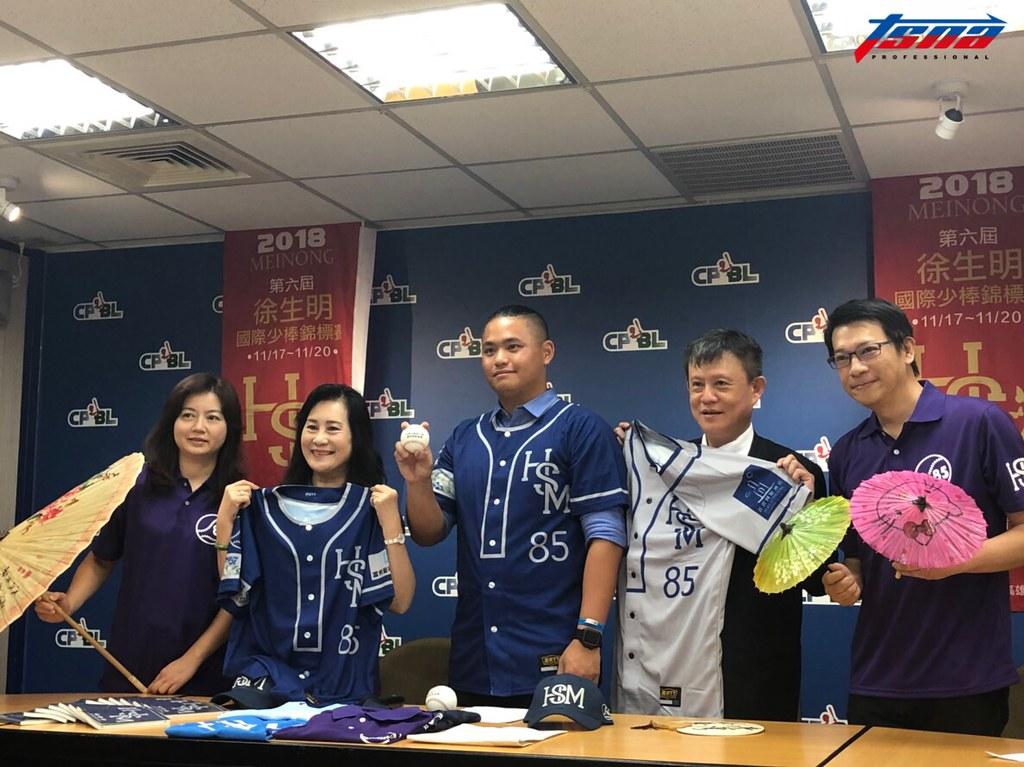 謝榮瑤(左2)、胡智為(左3)。(賴珈薇/攝)