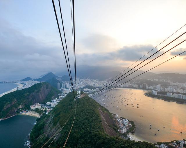 Teleférico del Pan de Azúcar en Rio de Janeiro al atardecer