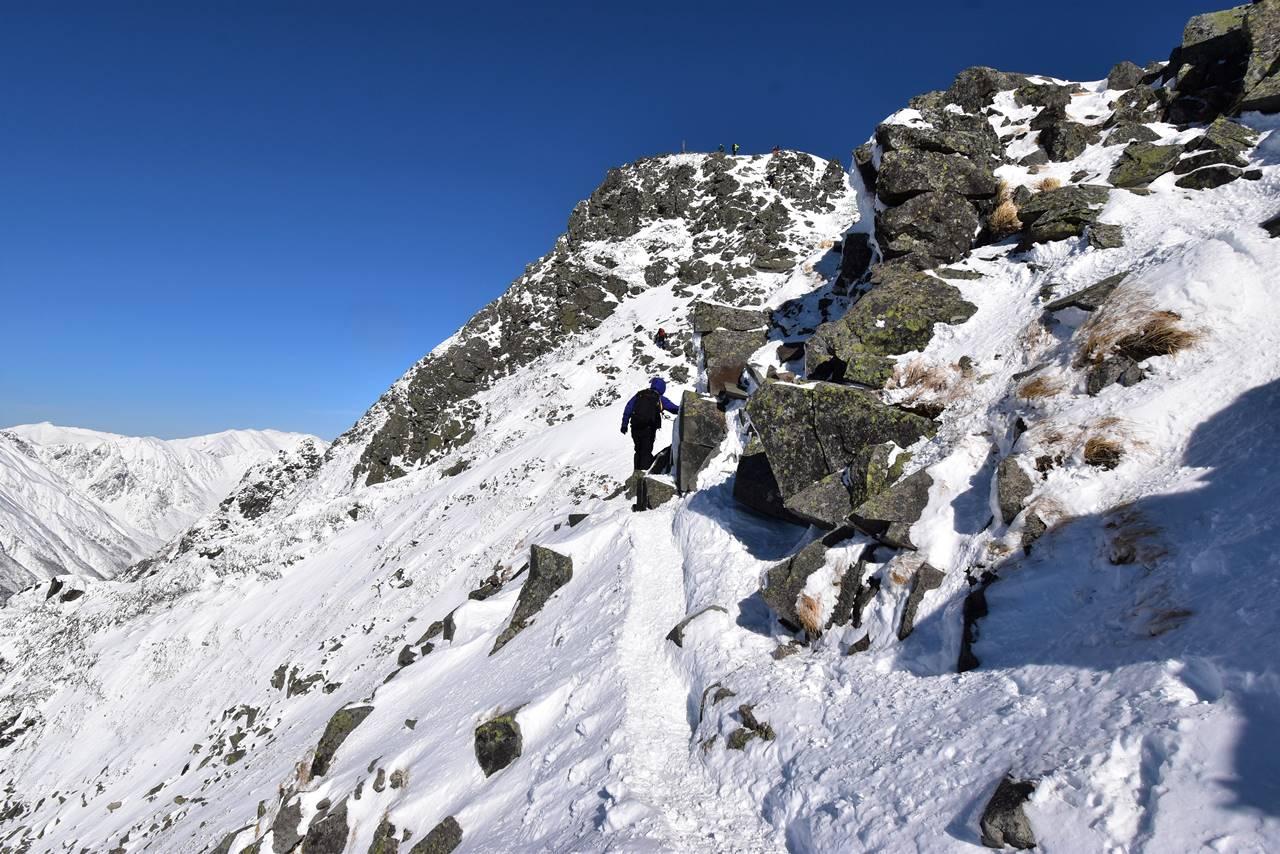 冬の西穂高岳 稜線の岩場