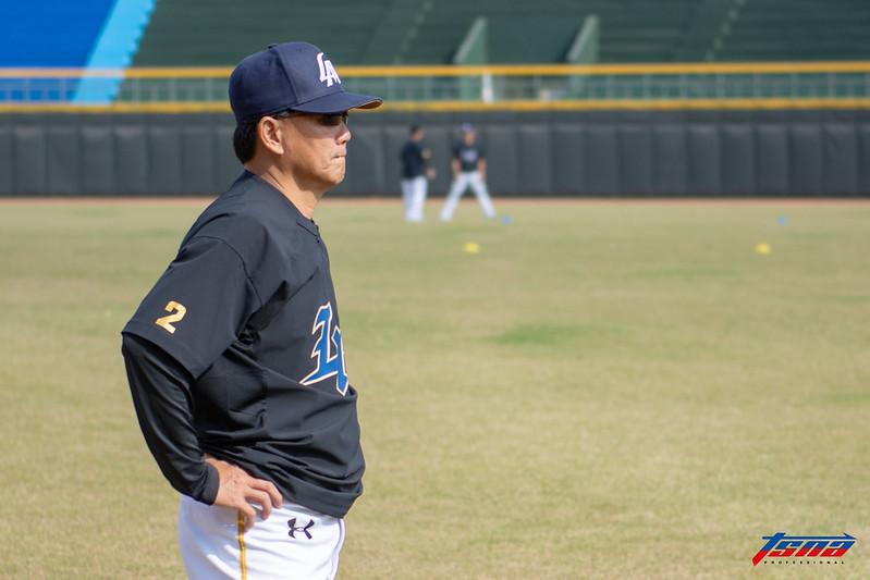 總教練洪一中觀察野手訓練狀況。(特派記者王啟恩/嘉義拍攝)