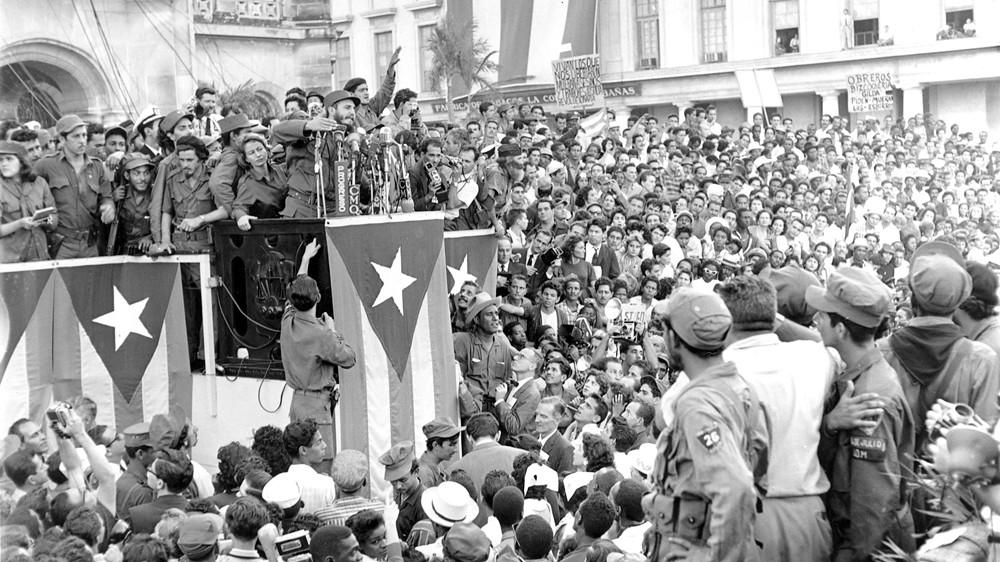 1959年1月,菲德爾·卡斯楚宣布革命勝利後,隨即於哈瓦那向群眾發表演說。(圖片來源:Harold Valentine/The Associated Press)