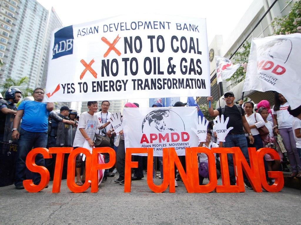 民眾聚集於亞洲發展銀行會議外,要求撤資,圖片來源:350.org