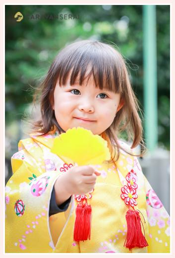七五三 イチョウの葉を持つ3歳の女の子