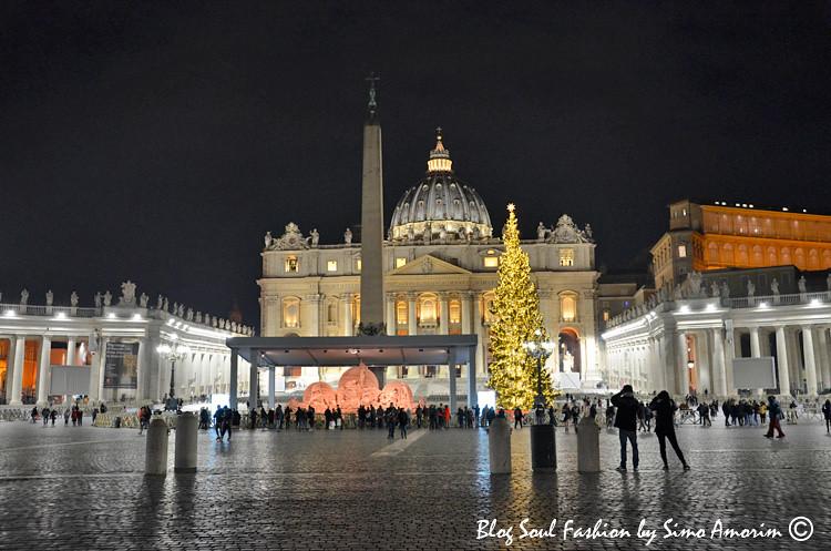 A linda cidade do Vaticano com a igreja de San Pietro, árvore de Natal e o presépio