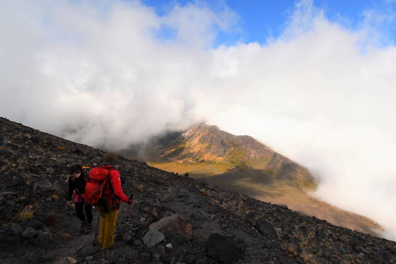雲の中から姿を見せる浅間山外輪山
