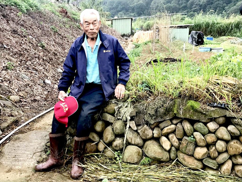 榮譽步道師羅吉榮生於新竹關西,就地以紅卵石乾砌工法,搭起永續的牆基。圖片由台灣千里步道協會提供