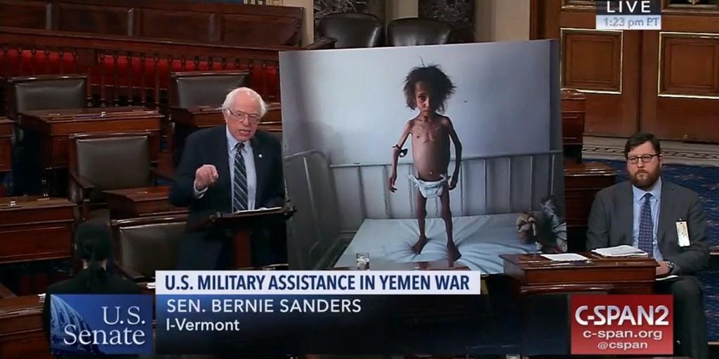 美國參議員桑德斯展示因葉門戰爭而面臨饑荒的孩童照片。(圖片來源:Business Insider)