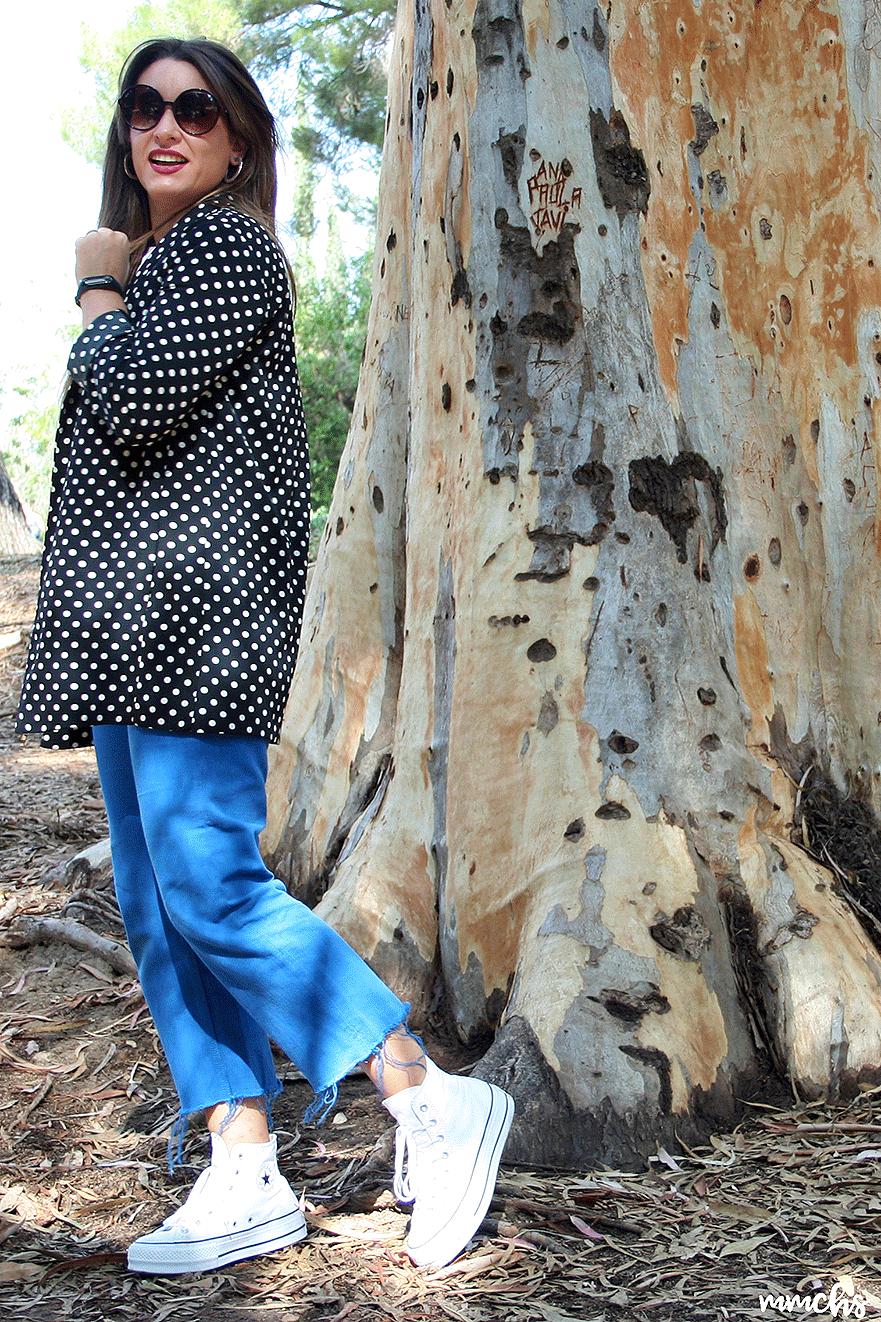 blazer combinada con zapatillas