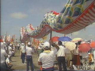 1991年,六輕決定落腳雲林麥寮,萬人歡迎六輕設廠,滿場鑼鼓喧天、鞭炮聲不絕於耳。