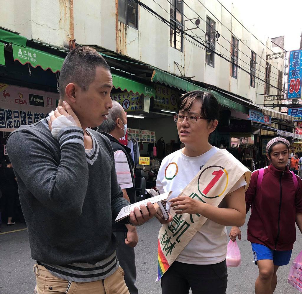 吳凱琳在市場與民眾說明政見(照片來源:吳凱琳)