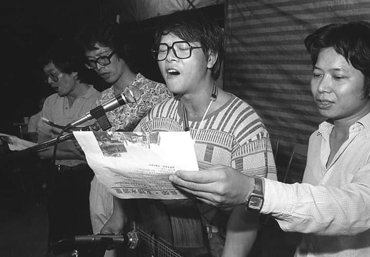 1980年代《人間》雜誌時期的范振國(左二),與歌手邱晨及盧思岳合影於環保抗爭現場。(攝影:蔡明德)