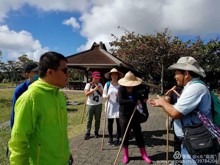 趙先生講解地殼運動造成珊瑚礁高聳出海平面,形成墾丁國家公園獨特地貌。