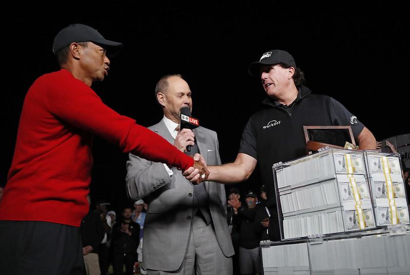 Phil Mickelson(圖右)擊敗Tiger Woods贏得900萬美元大獎。(達志影像)