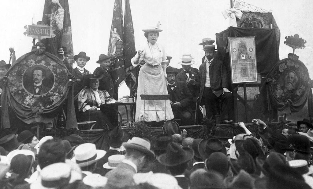 1907年,羅莎·盧森堡於德國司徒加特向群眾演說。(圖片來源:維基百科)