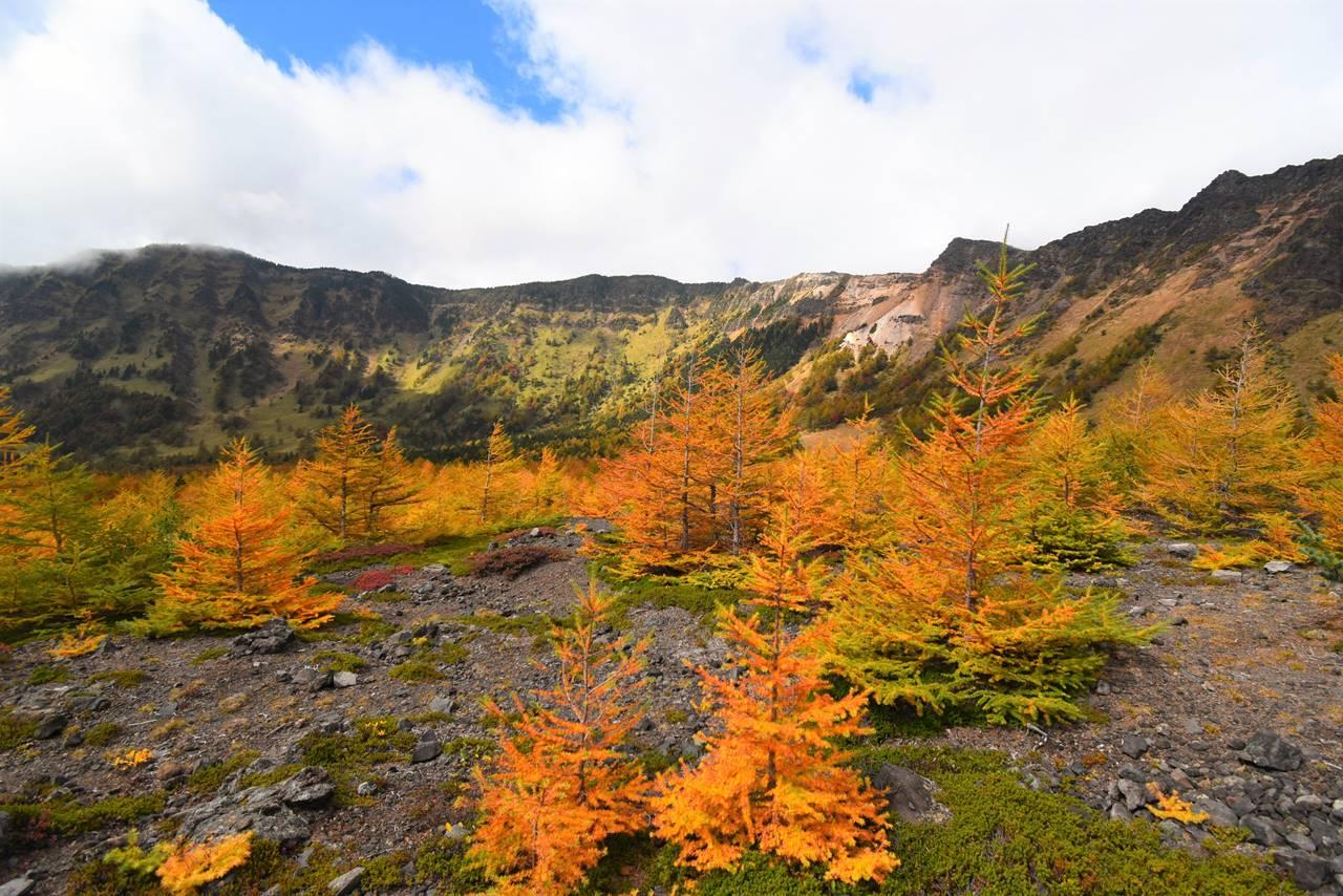 浅間山登山 賽の河原から眺める外輪山と紅葉