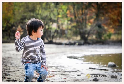 湖に向かって石を投げる男の子 森林公園(愛知県尾張旭市)