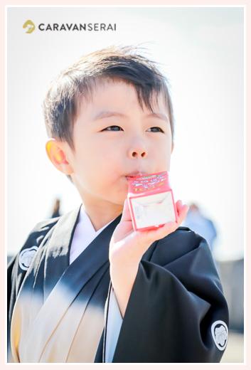 3歳の男の子の七五三 リンゴジュース飲んで休憩中