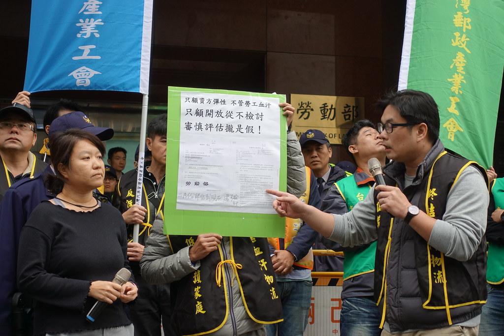 勞動部工時科長李怡萱(左)不願檢討八周變形工時,引起工會不滿。(攝影:張智琦)