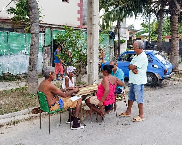 Cubanos jugando al ajedrez en la calle de La Habana