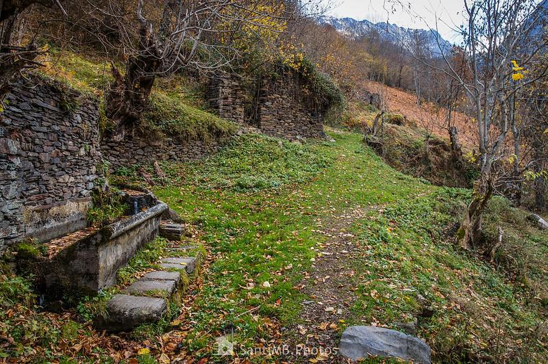 Cabaña de piedra y fuente en el camino de Eth Pradet