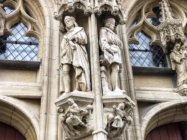 Estatuas del ayuntamiento gótico de Lovaina (Flandes, Bélgica)
