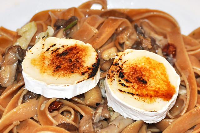 Fleischlos glücklich / vegetarisch: Steinpilz-Tagliatelle ... Funghi porcini ... Austernpilze, Olivenöl, Knoblauch, Kräuter, getrocknete Tomaten ... karamellisierter Ziegenkäse ... Fotos: Brigitte Stolle