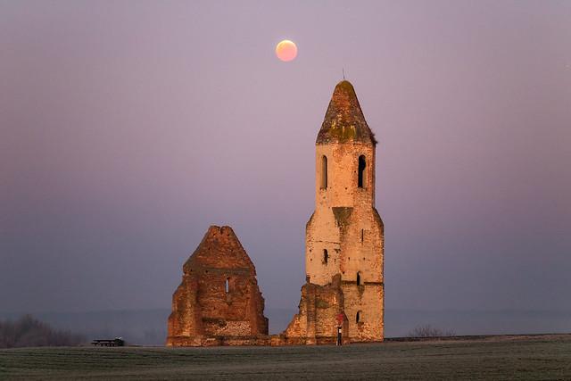 VCSE - Totality - Bár a fotó készítésekor már lassan készülődött a Hold kilépni a Föld árnyékából, azonban az előtérrel látványosan kiegészítették egymást a kép elemei.